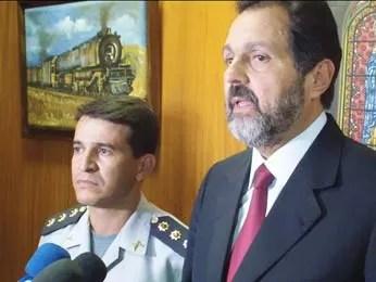 O Governador Agnelo Queiroz fez um breve pronunciamento a jornalistas no Palácio do Buriti ao lado do novo comandante da PMDF (Foto: Ricardo Moreira / G1)