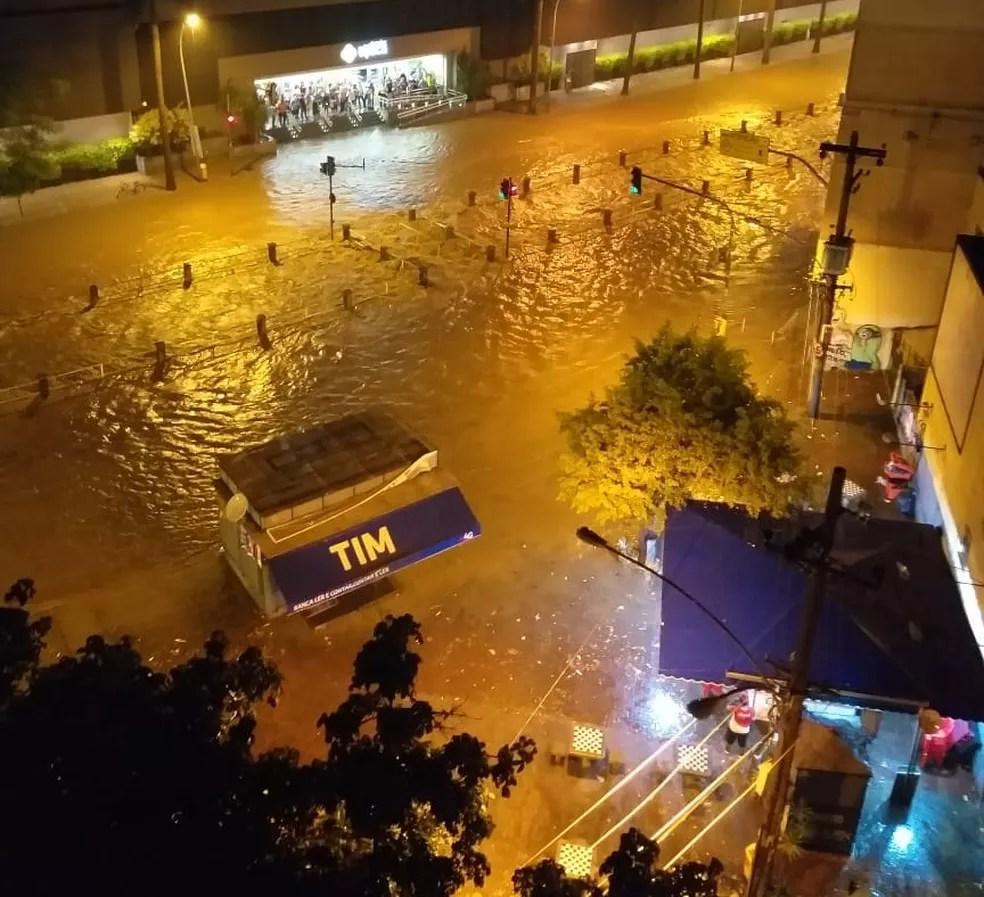 Av. Maracanã, na Zona Norte, em frente ao Shopping Tijuca — Foto: Reprodução Redes Sociais