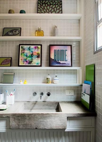 Compartilhado por dois irmãos, o banheiro tinha objetos pequenos a serem organizados. O projeto da arquiteta Kika Camasmie partiu de um requadro na parede. Ali, foram embutidas prateleiras laqueadas com apoios nas laterais (Foto: Marcelo Magnani/Editora Globo)