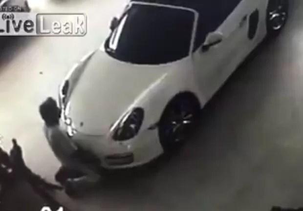 Homem foi flagrado por câmeras de segurança simulando ato sexual com Porsche (Foto: Reprodução/LiveLeak/Legionnaire77)