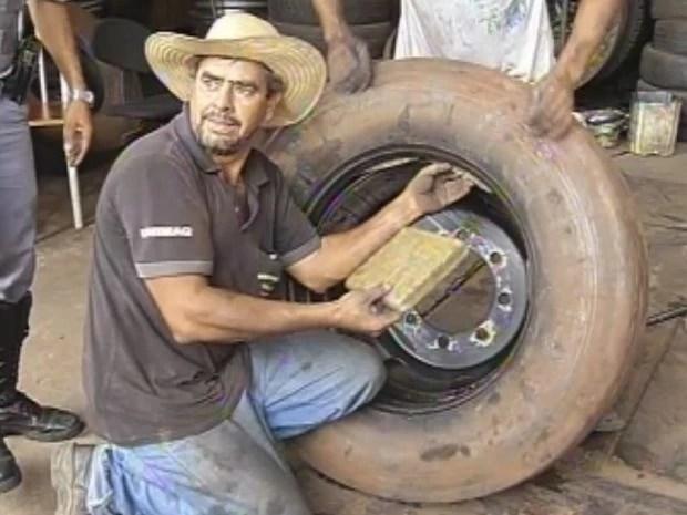 Funcionários de uma borracharia ajudaram na retirada da droga   (Foto: reprodução/TV Tem)
