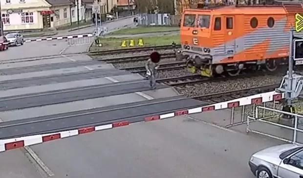 Senhor de 77 anos escapou por pouco de trem em alta velocidade ao fazer travessia na hora errada na República Tcheca (Foto: Reprodução/YouTube/Zrcadlo zpravodajství)