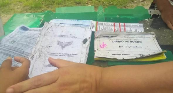 Documentos do avião encontrados no local do acidente em Sergipe — Foto: Reprodução/Jornal Hoje