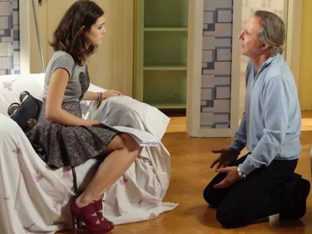 Sarmento mostra o exame de DNA e pede perdão à filha (Foto: Cheias de Charme / TV Globo)
