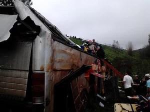 Bombeiros e polícia tentam resgatar pessoas que estavam no ônibus (Foto: Fábio Lehmen/RBS TV)