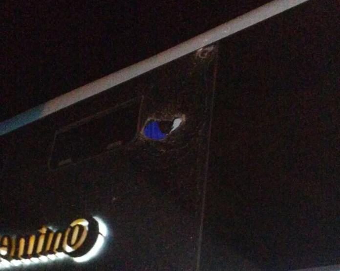 Danos no ônibus do Sousa podem ser vistos em todos os lados do veículo (Foto: Divulgação / Sousa)
