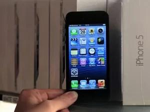 iPhone 5 ganhou uma tela maior, de 4 polegadas, e ficou mais fino e leve (Foto: Yves Herman/Reuters)