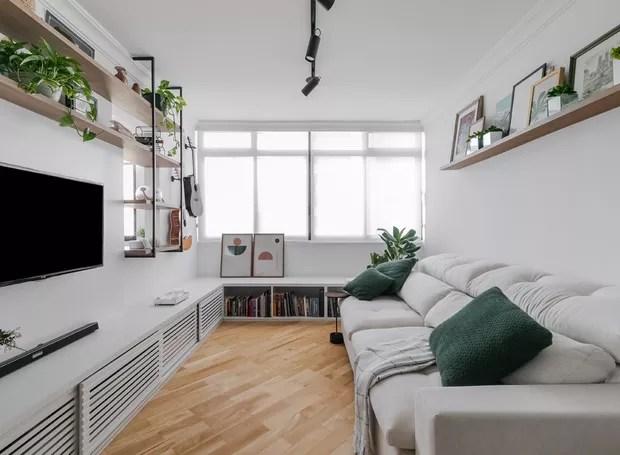 Sala de estar | Sob a janela, um banco serve de espaço de armazenamento extra para os livros da moradora. Almofadas da Codex Home (Foto: Ata Photograph/Divulgação)