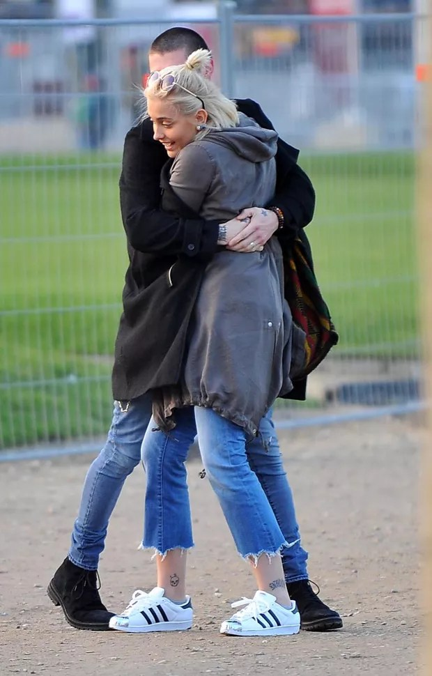 Paris Jackson e o namorado, Michael Snoddy, em Paris, na França (Foto: Grosby Group/ Agência)