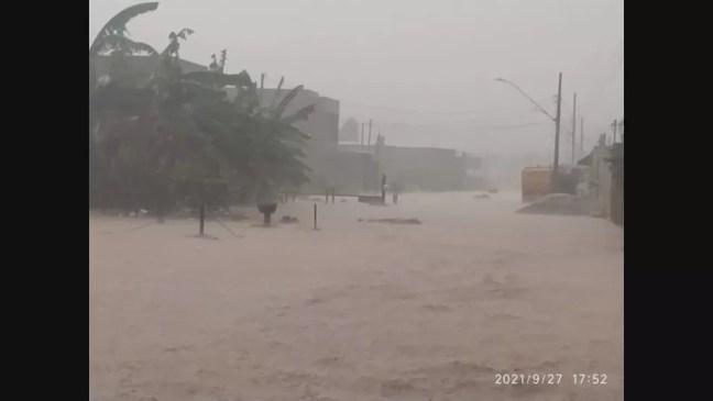 Rua Yaceaba, em Betim, ficou inundada com a chuva desta segunda-feira — Foto: Reprodução/Redes sociais