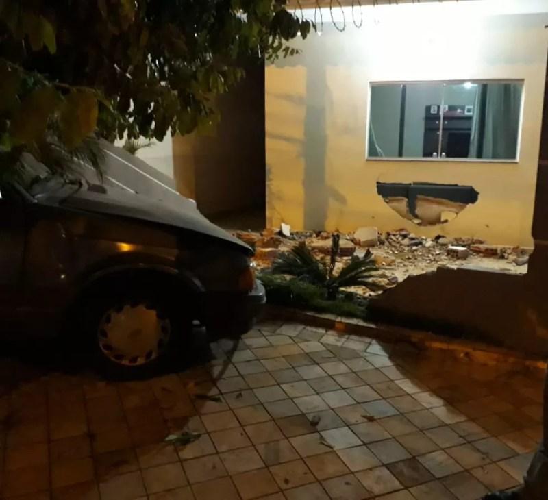 Carro invadiu casa de Votuporanga após motorista perder o controle — Foto: Arquivo Pessoal