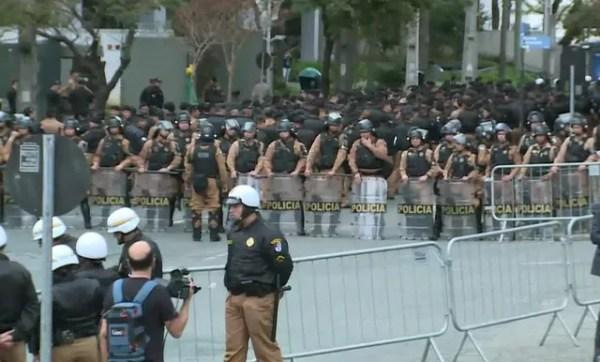 Dezenas de policiais fazem segurança no entorno da sede da Justiça Federal de Curitiba (Foto: Reprodução)