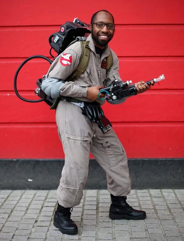 """Ash Patterson sorri para a câmera com roupa de personagem do filme """"Os Caça-fantasmas"""".  (Foto: Suzanne Plunkett/Reuters)"""