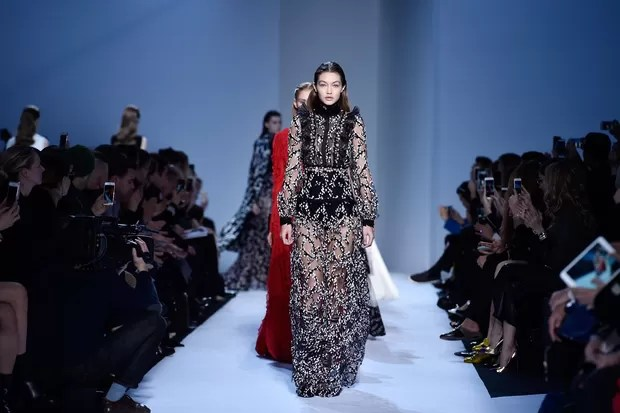 Gigi Hadid no desfile de Giambattista Valli em Paris (Foto: Getty Images)