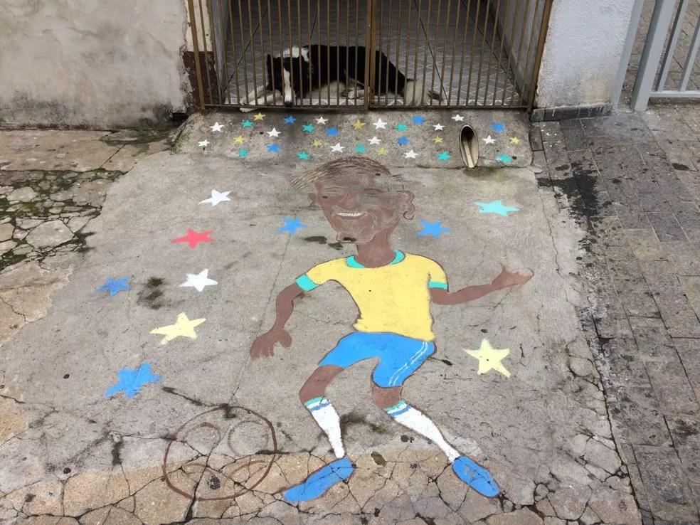 A caricatura de Neymar fica na rente da casa de Roberto (Foto: Bárbara Muniz Vieira/G1)