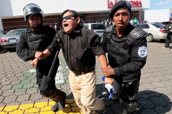 Policiais detém manifestante durante protesto em outubro em Manágua, na Nicarágua  — Foto: Oswaldo Rivas/ Reuters