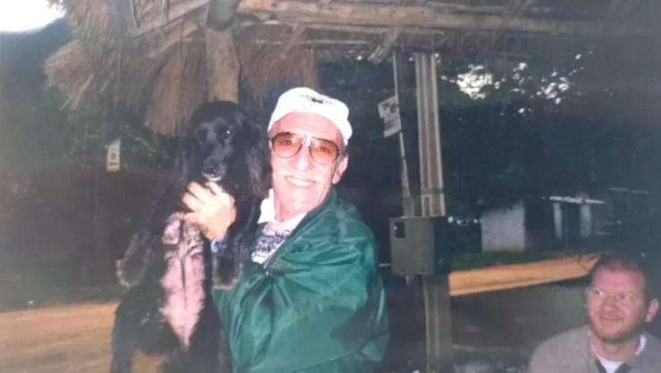 Juan Carlos Antônio Siggia posa para foto ao lado de um cachorro durante viagem (Foto: Arquivo pessoal)