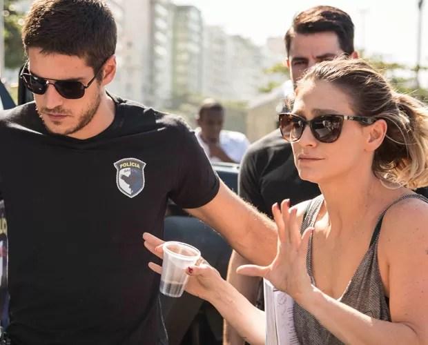 Marco Pigossi recebe instruções da diretora Amora Mautner (Foto: Inácio Moraes/Gshow)