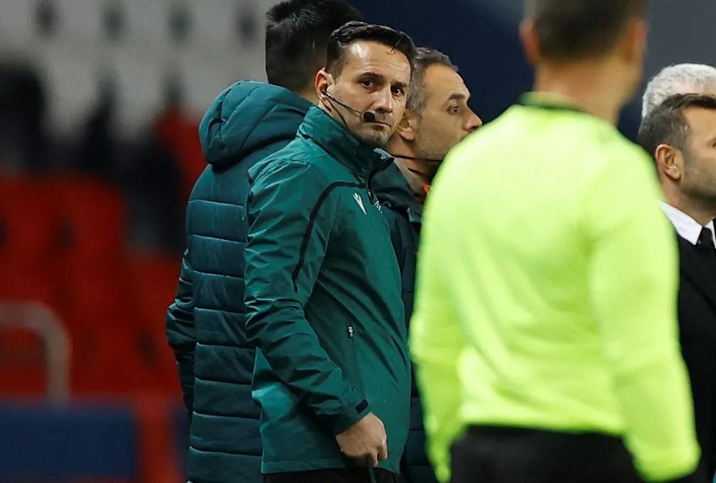 O quatro árbitro romeno Sebastian Coltescu, autor da ofensa racista em direção a Pierre Webó — Foto: Ian Langsdon/EFE