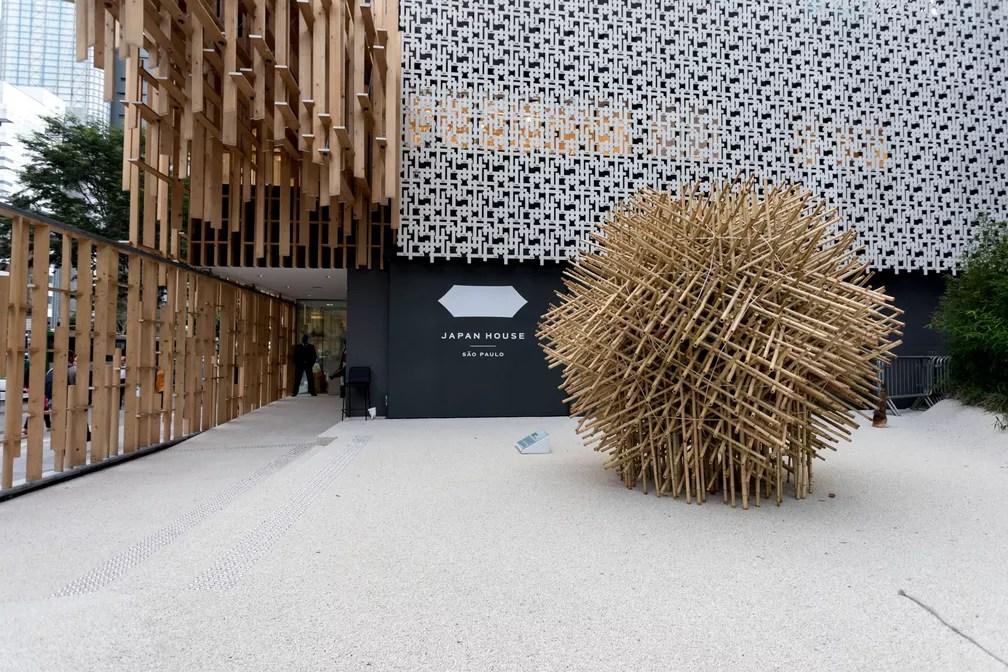 Entrada da Japan House na Avenida Paulista, em São Paulo, com escultura de bambu do artista Akio Hizume. A obra é formada por 600 estacas de bambu e dispensa juntas ou apoio no solo para se manter estável (Foto: Marcelo Brandt/G1)