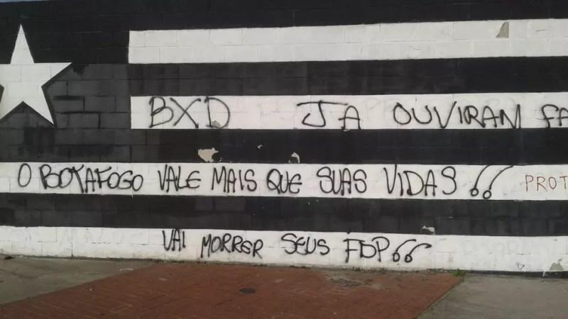 Muro do Estádio Nilton Santos com ameaça de morte — Foto: Reprodução