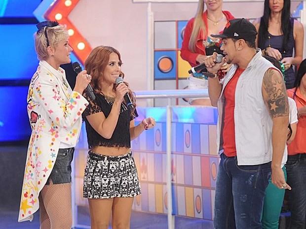 Naldo e Wanessa cantam juntos no palco do TV Xuxa