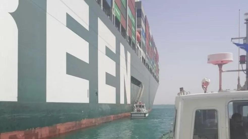 Representantes da ITF abordam Ever Given, que está ancorado no Grande Largo Amargo, no Egito — Foto: ITF/BBC