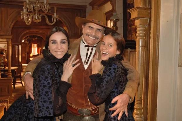 Tarcísio Meira entre Marisa Orth e Fernanda de Freitas em Bang Bang (Globo, 2005) (Foto: TV Globo)