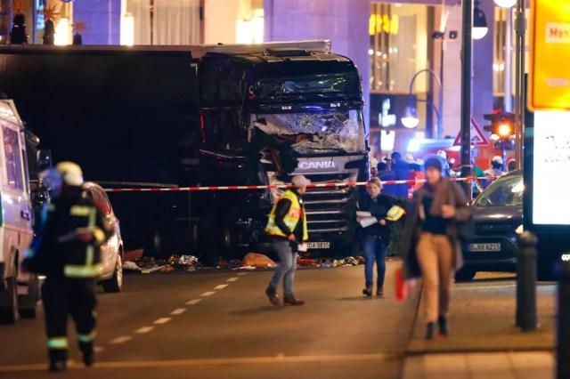 Policiais isolam área em que caminhão entrou em feira de Natal em Berlim, na Alemanha (Foto: REUTERS/Fabrizio Bensch)