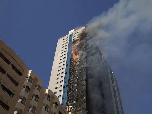 Prédio é visto em chamas em Sharjah, nos Emirados Árabes Unidos, na quinta (1º) (Foto: AP Photo)