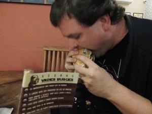 Host Koop comendo o Vader. Mogiano devorou o lanche de 1,5 kg em 23 minutos (Foto: Jamile Santana/G1)