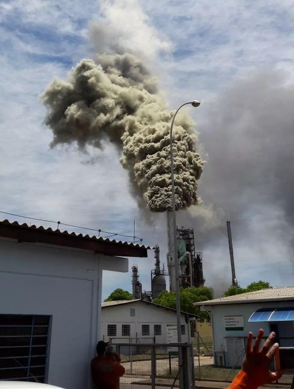Emissão de fumaça tóxica na Replan, em Paulínia (SP), teria ocorrido após pane elétrica em uma das caldeiras (Foto: VC no G1)
