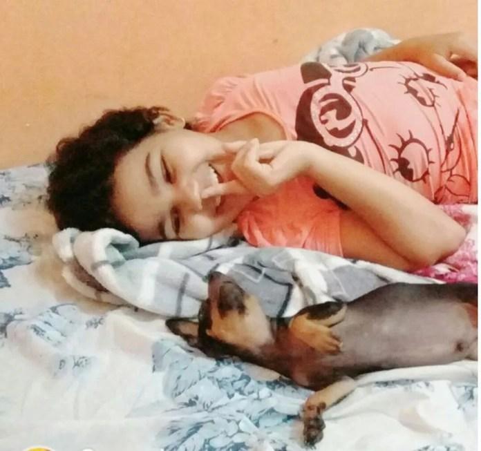 Mãe da criança diz que ela está sem se alimentardireito de saudade do animal (Foto: Arquivo da família)