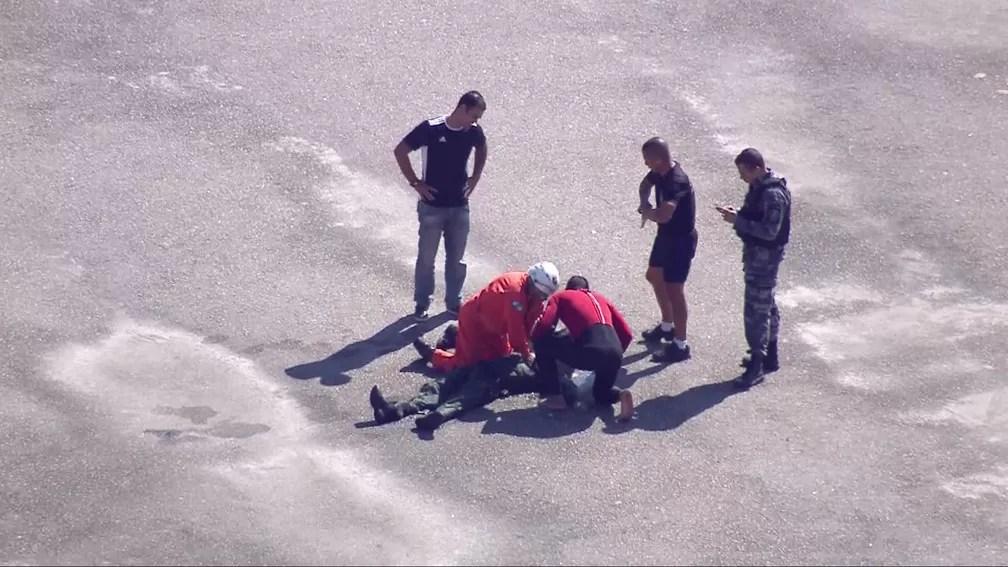 Socorristas tentam reanimar tripulante — Foto: Reprodução/TV Globo