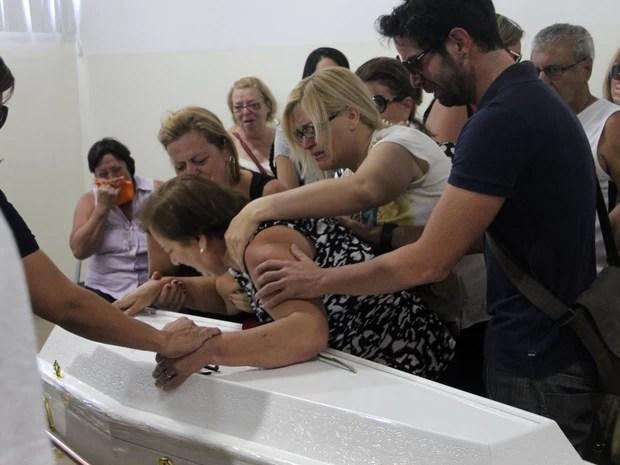 A avó materna de Joaquim, Cristina Ponte, é amparada por amigos e familiares no velório do neto (Foto: Luis Cleber/Estadão Conteúdo)