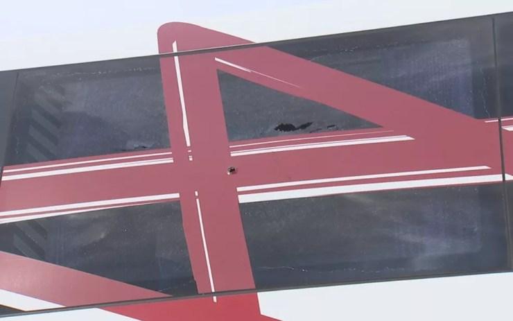 Marcas de tiros no vidro do ônibus  (Foto: Reprodução/TV TEM)