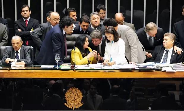 Parlamentares cercam a presidente em exercício do Congresso, deputada Rose de Freitas (PMDB-ES), em pressão a favor ou contra a urgência para votar os vetos de Dilma à Lei dos Royalties (Foto: Gustavo Lima/Agência Câmara)