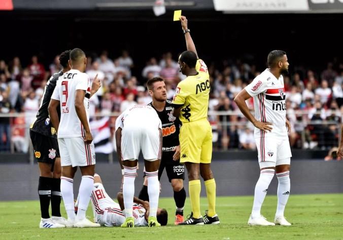 Ramiro recebe cartão amarelo após entrada forte em Everton Felipe — Foto: Marcos Ribolli