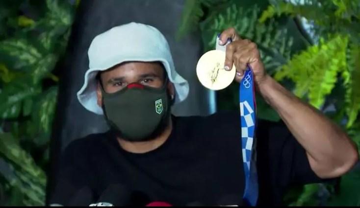 Italo Ferreira mostra a medalha de ouro em coletiva de imprensa — Foto: Reprodução