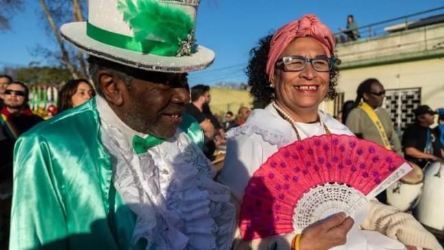 O desfile anual das comparsas arrasta multidões — Foto: Getty Images via BBC