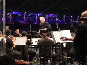 Maestro João Carlos Martins rege a Orquestra Bachiana Filarmônica. (Foto: Rafael Almeida / TV TEM)