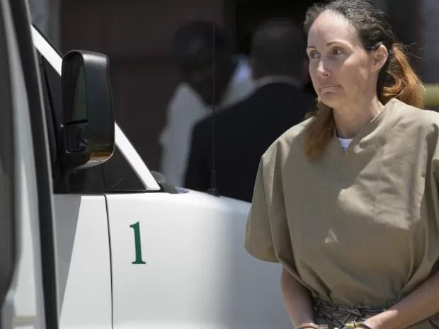 Atriz Shannon Guess deixa tribunal no Texas, nos Estados Unidos, nesta quarta-feira (16), onde ouviu a sentença (Foto: Evan Lewis/AP Photo/Texarkana Gazette)
