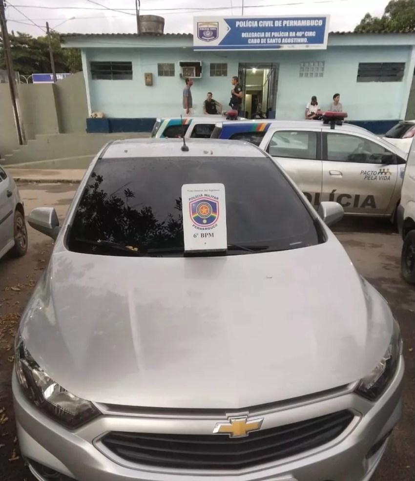 Suspeitos de tráfico de droga e de falsificação de documentos foram localizados em carro — Foto: PM/Divulgação