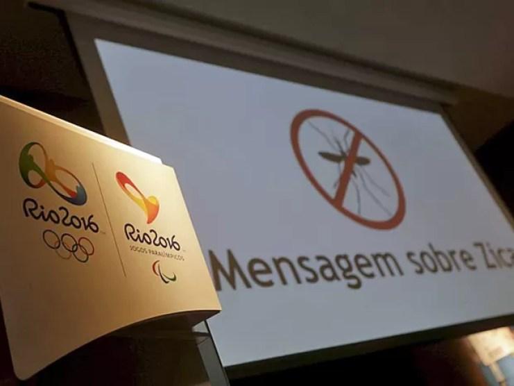 Logo dos Jogos Olímpicos e Paralímpicos no Rio ao lado de mensagem sobre o vírus da zika (Foto: Ricardo Moraes / Reuters)