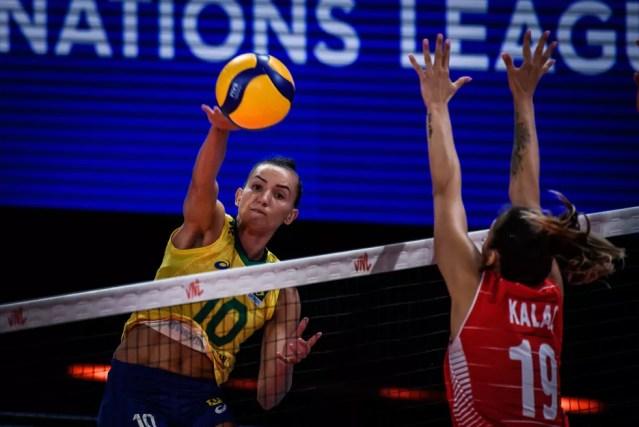 Gabi ataca contra a Turquia pela Liga das Nações de vôlei — Foto: Fivb / Divulgação