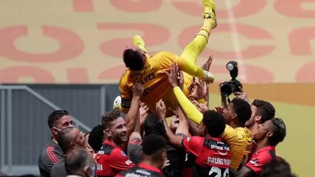 Diego Alves, herói da final, é jogado para cima por jogadores do Flamengo