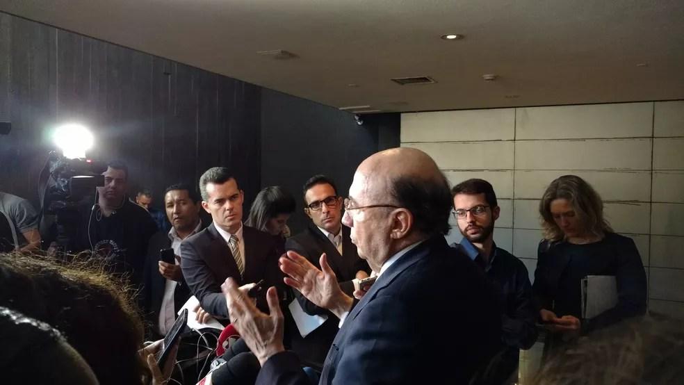 Ministro da Fazenda, Henrique Meirelles, conversa com jornalistas após palestra em São Paulo (Foto: Karina Trevizan/G1)