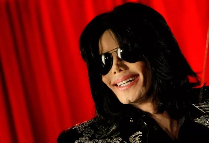 Michael Jackson sorri durante entrevista coletiva na O2 Arena, em Londres (Foto: REUTERS / Stefan Wermuth )