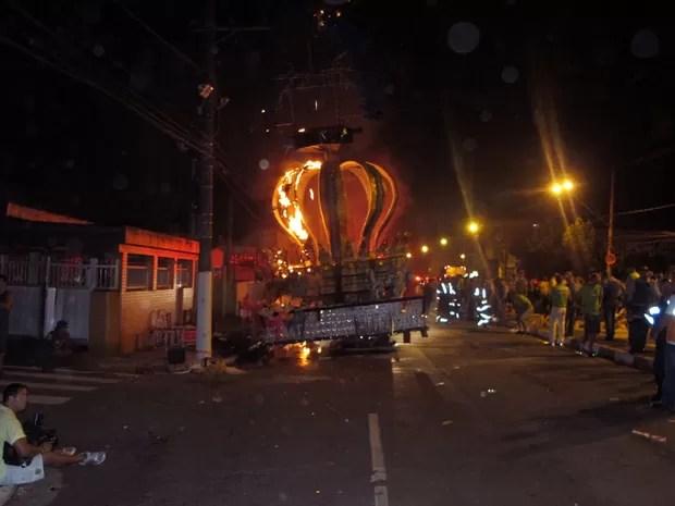 Quatro pessoas morreram em incêndio de carro alegórico em Santos, SP (Foto: Fúlvio Feola/G1)