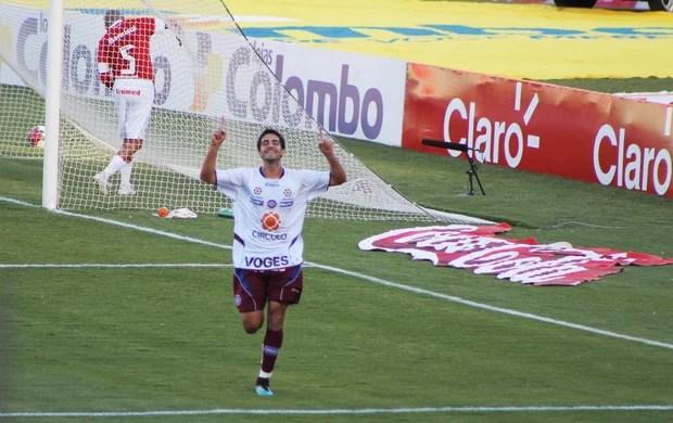 Michel comemora o gol marcado para o Caxias contra o Inter (Foto: Diego Guichard/GLOBOESPORTE.COM)